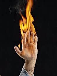 Como dizer por a mão no fogo em Inglês? - Inglês no Teclado